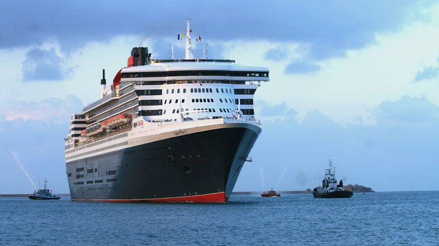 Dans la rade de Cherbourg, arrivée du Queen-Mary II