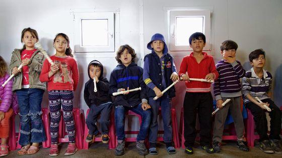 Avant l'arrivée des violons, les enfants se lancent en musique avec des flûtes à bec