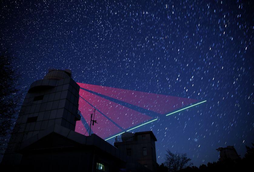 Révélée, le 16 juin, un montage photo du 9 novembre 2016 montre la trajectoire du satellite Mozi suivie par la station au sol de Qinglong, province de Hebei. La transmission de photons quantiques s'est faite à 1200 km de distance.