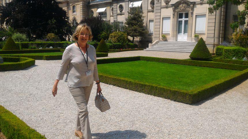Catherine Kamowski, elle aussi députée de la majorité, rejoint ses camarades à l'Assemblée.