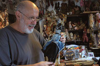 Michel Nedjar et l'une de ses Poupées de voyage (New York) dans l'atelier Saint-Martin, 2010.