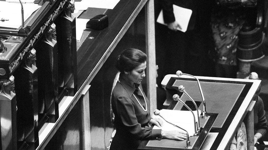 Simone Veil à la tribune de l'Assemblée nationale pour son discours sur l'IVG