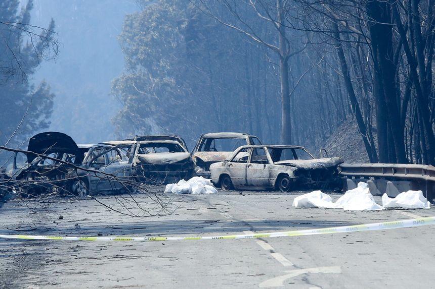 Les carcasses des voitures qui ont été prises au piège par les flammes dans la région de Leira au Portugal