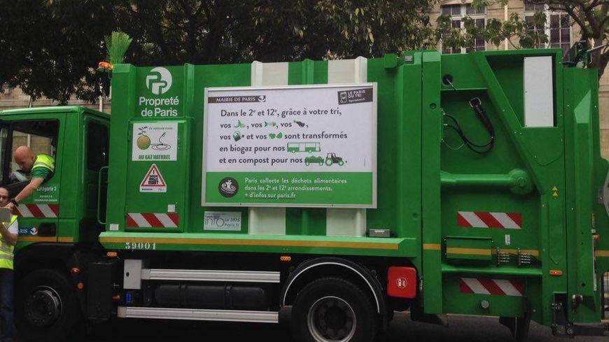 Pour collecter les déchets alimentaires, la mairie de Paris a acheté cinq nouveaux camions, roulant au gaz naturel