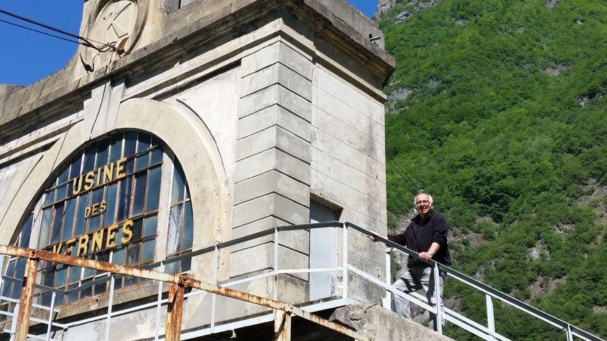 Jean-Louis Philip devant la centrale hydroélectrique classée des Vernes, à Livet