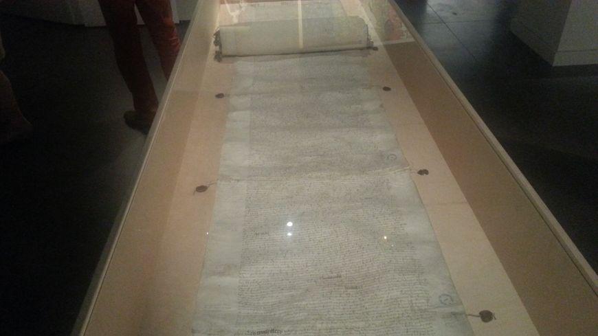 Un parchemin de plus de quinze mètres de long : une pièce unique prêtée par les archives départementales de la Loire, rédigée suite à la saisie et la vente des biens de J.Coeur dans la région de Roanne.