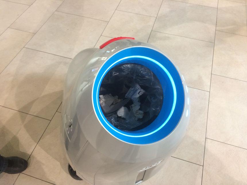 Le petit robot testé par la SNCF s'approche des voyageurs, détecte lorsqu'ils souhaitent jeter un déchet, et les remercie avec un bout de chanson des Daft Punk.