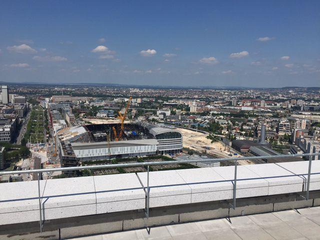 Le toit offre aussi une vue plongeante sur la future U Arena de Nanterre