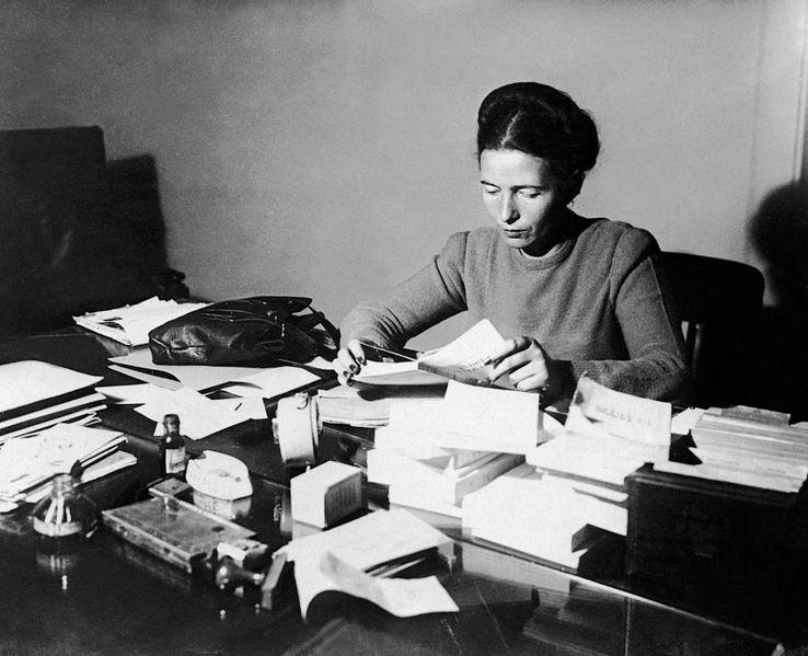 Simone de Beauvoir à son bureau en 1953