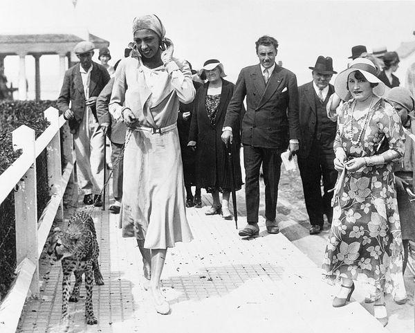 Joséphine Baker et son guépard Chiquita, en 1930, à Deauville.