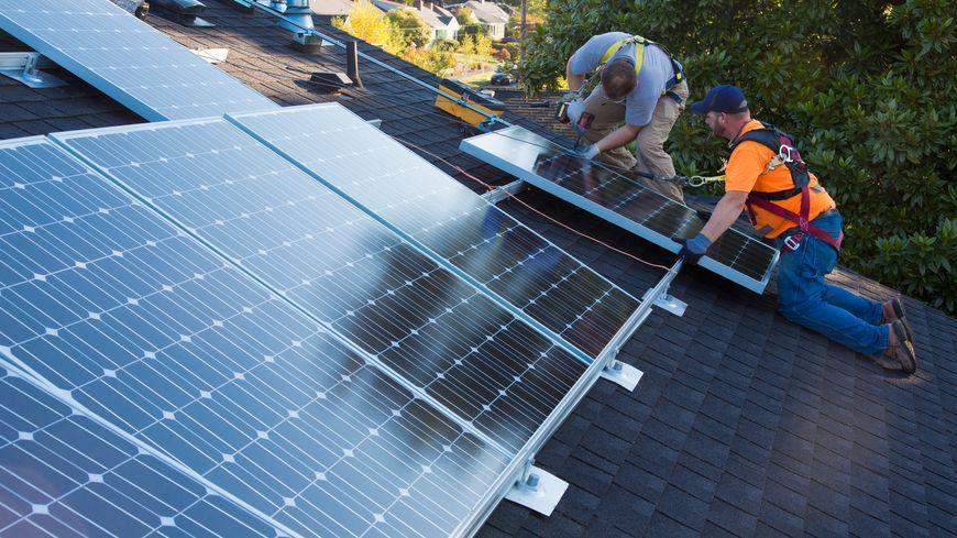 Les malfaçons, les factures trop élevées, et les escroqueries sont de plus en plus fréquentes dans le domaine des installations solaires. Des particuliers de plus en plus nombreux déposent plainte.
