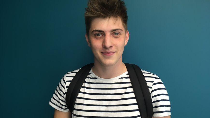 Lucas Dufour a 18 ans, élève en terminale à Caen, il vit en colocation avec une personne de 94 ans.