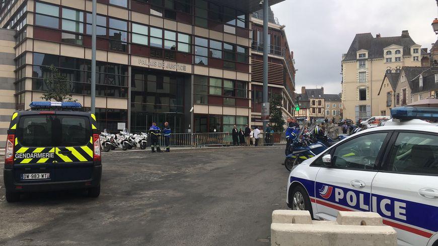 Les forces de l'ordre ont quadrillé le palais de justice de Laval pendant l'audience