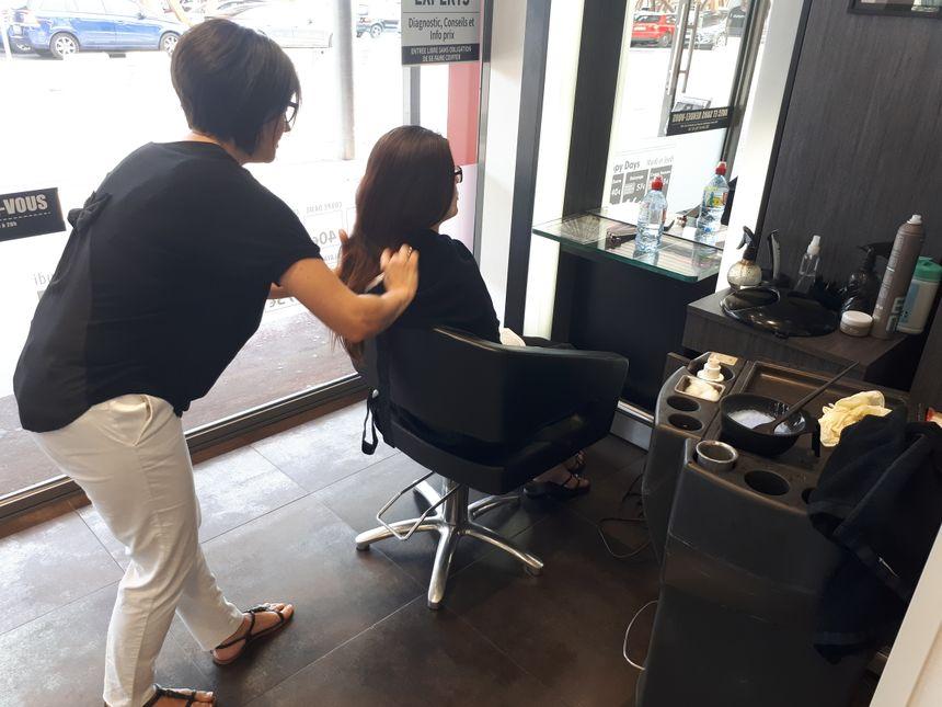 Emilie la cliente et Fabienne la coiffeuse