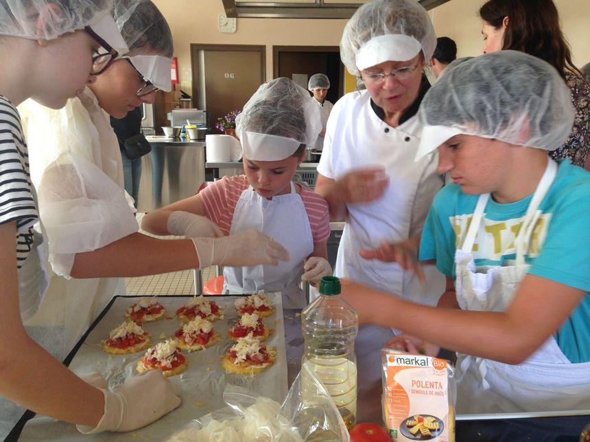 La cuisinière Claudine Coubard a aidé les élèves Pierre Belon à Cérans-Foulletourte à préparer les pizzas à la polenta