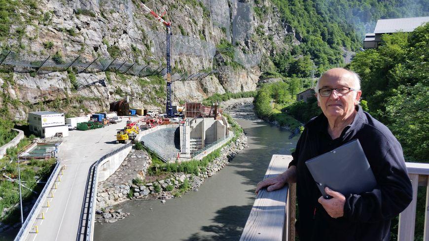 Jean-Louis Philip, devant l'entrée de la nouvelle usine hydroélectrique souterraine de Gavet