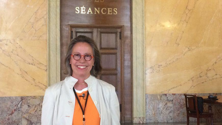 Sabine Thillaye devant l'hémicycle
