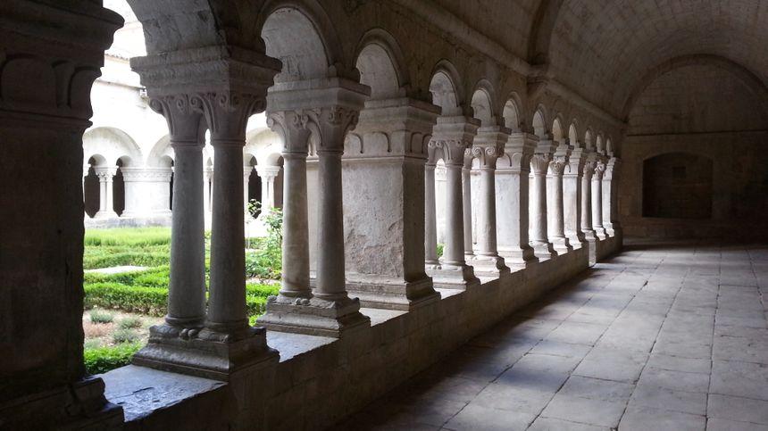 Cloître de l'abbaye de Sénanque à Gordes