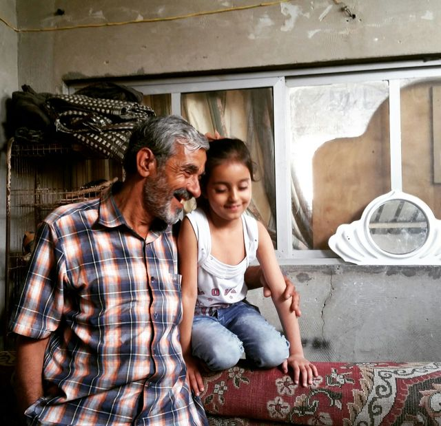 Salim habite avec sa famille à Khan Younes dans le quartier des réfugiés palestiniens. Il souffre comme ses voisins du manque de nourriture et d'électricité qui est coupée 20 h par jour depuis deux mois.