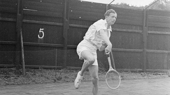 Le compositeur Benjamin Britten en pleine partie de tennis en 1949