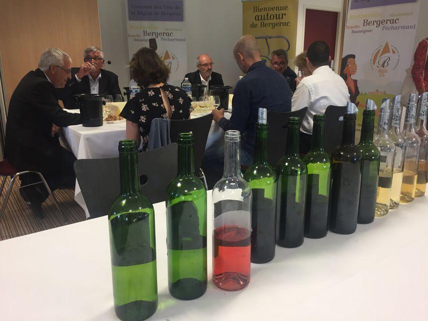 Le super grand jury déguste avant de désigner le vigneron de l'année