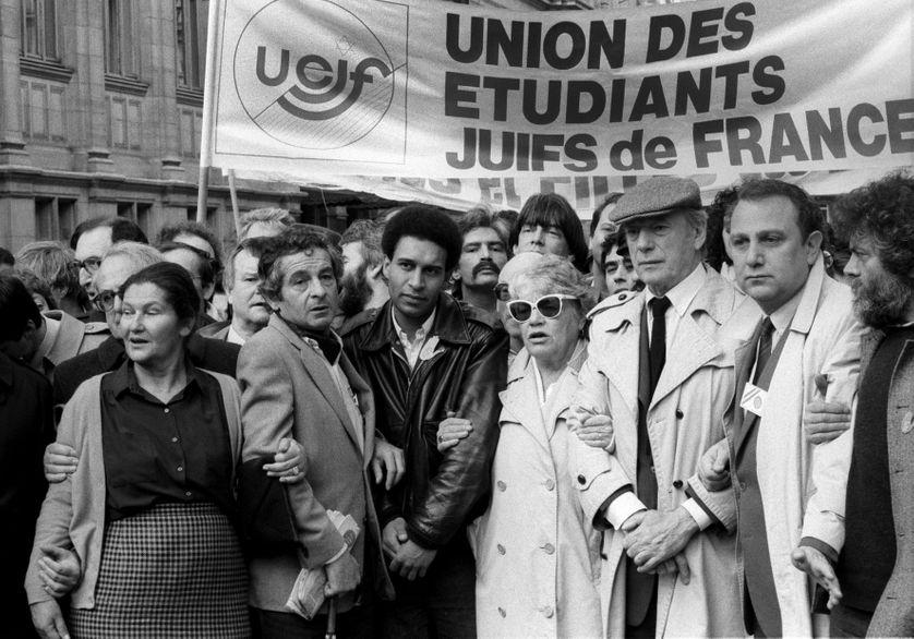 Simone Veil, Harlem Désir, Simone Signoret et Yves Montand à la manifestation de l'UEJF en 1986 après l'attentat antisémite.