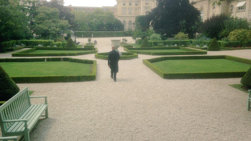 Vue du jardin des Quatre Colonnes depuis le perron de la Salle des Quatre Colonnes