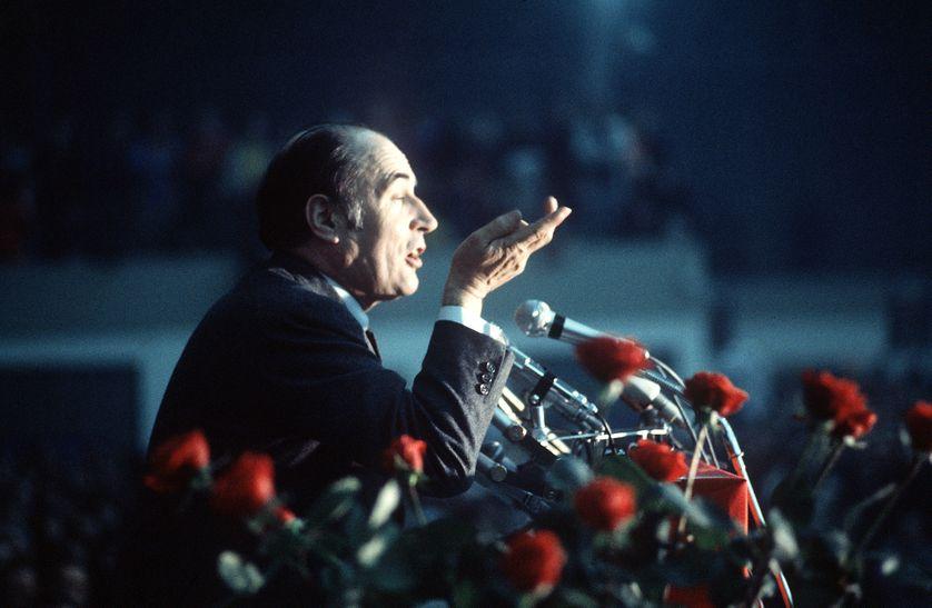 François Mitterrand en meeting pendant la campagne de l'élection présidentielle de 1974