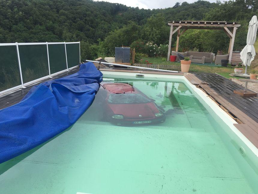La piscine a été construite il y à peine trois ans, elle est quasiment neuve.
