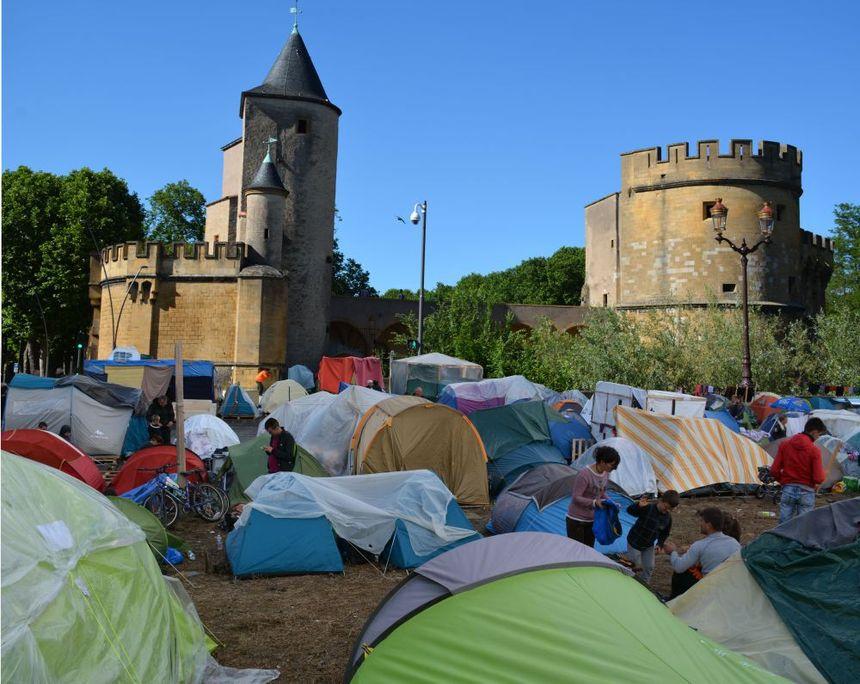 Des demandeurs d'asile autour de la porte des Allemands, l'une des 10 photos réalisée par Grace Riff sur son site Internet.