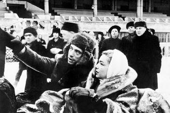 Le chanteur Yves Montand et sa femme, l'actrice Simone Signoret, font une promenade en traîneau dans les rues de Moscou, le 5 janvier 1957, lors de leur tournée en URSS.