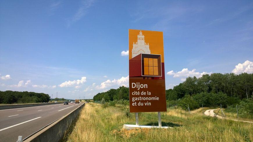L'un des nouveaux pannaux installés sur l'autoroute près de Dijon pour inciter les touristes à s'arrêter dans la capitale des Ducs