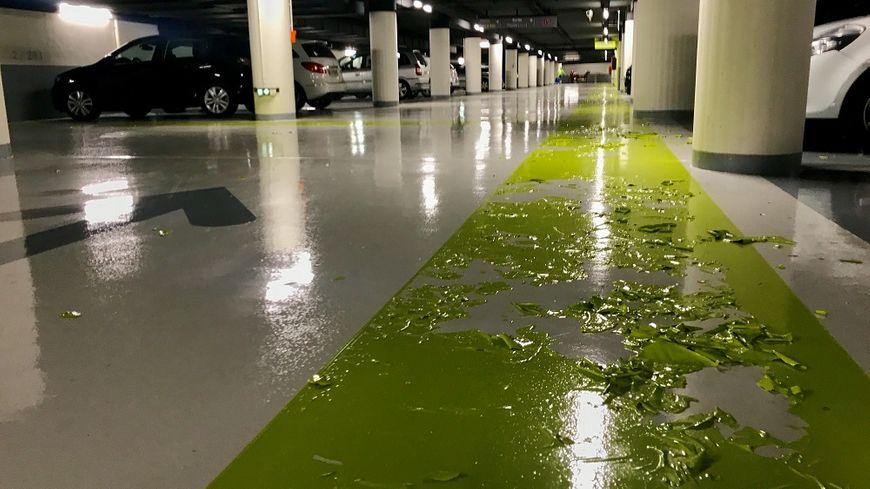 Peintures qui se décollent, revêtement glissant... la rénovation du niveau -2 du parking Bonlieu à Annecy est loupée.