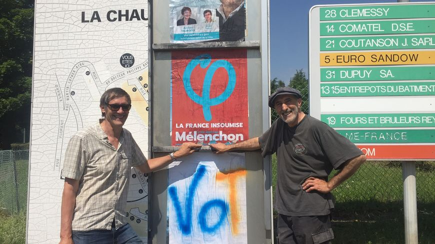 Les militants de la France Insoumise en plein collage au lendemain du premier tour