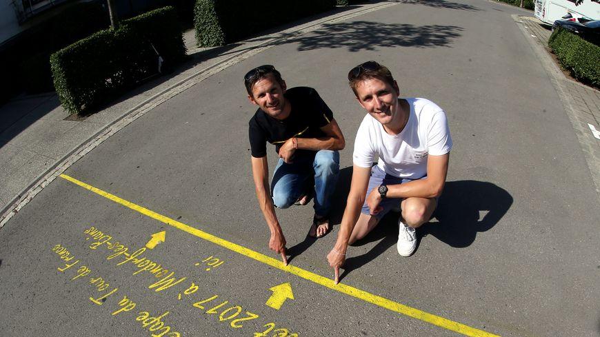 Les frères Schleck, originaires de Mondorf-les-Bains, devant la ligne de départ de la 4e étape du Tour de France.