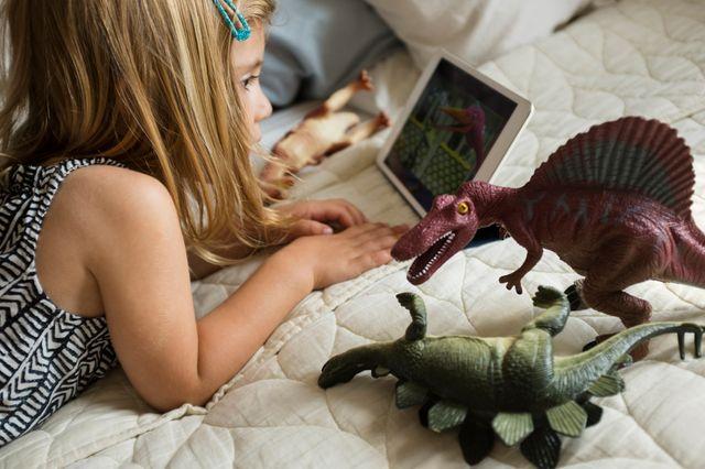 """Anne-Lise Ducanda """"Si l'enfant joue sur écran 30 mn puis va jouer aux petits soldats il n'y a pas de problème... Mais l'enfant délaisse ses jouets, même s'il a des jouets super-adaptés pour son âge : ce qu'il veut c'est les écrans""""."""