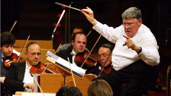 Jeffrey Tate  dirigeant l'Orchestra dell'Accademia Nazionale di Santa Cecilia à Cologne