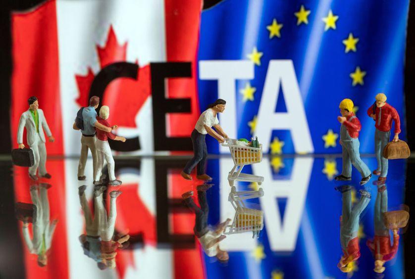 Figurines devant mot CETA (Comprehensive Economic and Trade Agreement ou Accord économique et commercial global), sur un écran d'ordinateur, 24/10/2016