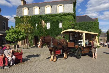 L'épicerie attelée, Place du puits à Rochefort-en-Terre (Morbihan)