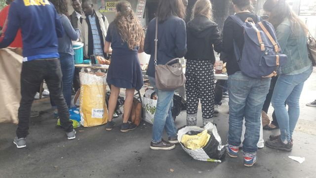 Distribution de petits déjeuners par le collection Solidarité migrants Wilson