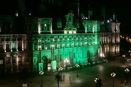 Pour manifester la désaprobation française, plusieurs bâtiments parisiens ont été illuminés en vert