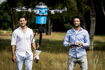 Les frères afghans Mahmud et Massoud Hassani font une démonstration du drone Mine Kafon à Eindhoven, en Hollande, 28 juillet 2016.