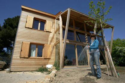 Une famille en Provence a construit elle même sa maison écologique.