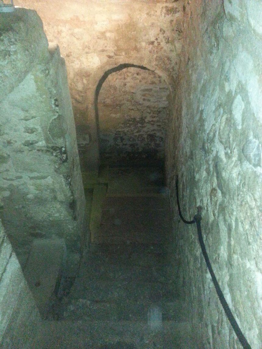 On accède au Mikvé par un escalier qui nous amène 5 mètres sous terre
