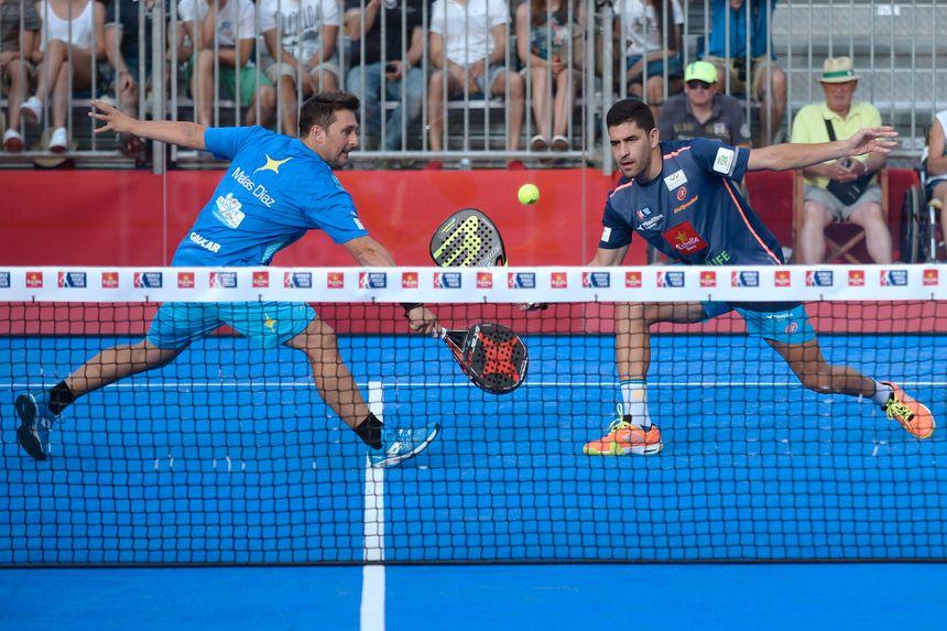 Les joueurs jouent deux contre deux  sur un petit terrain fermé par des vitres, et avec des raquettes de plage (Ici, un match en Espagne).