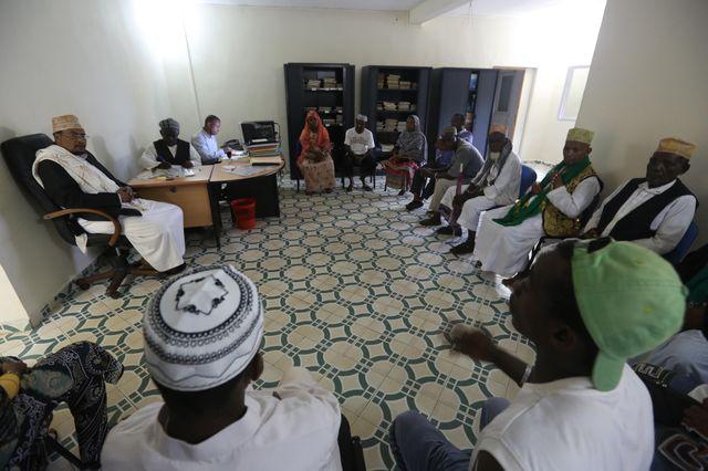 Un cadi, un juge de la communauté musulmane, écoute les personnes lors d'une session de la Cour cadique dans la ville de Sada, dans l'archipel d'Océan Indien d'outre-mer de Mayotte.