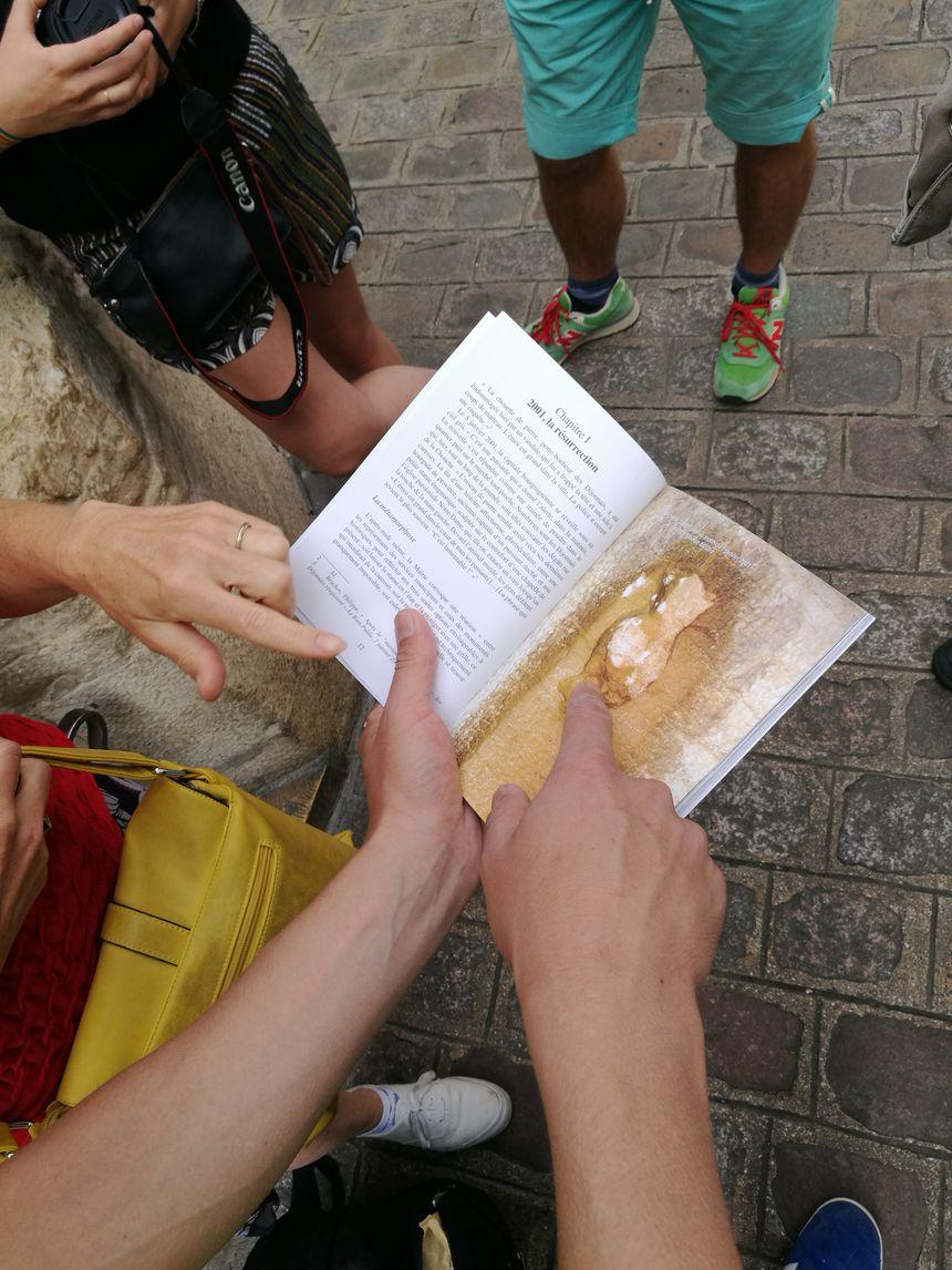 Dès qu'il décoche son livre l'effet est immédiat, les gens, curieux au sujet de la chouette, lui posent des questions!