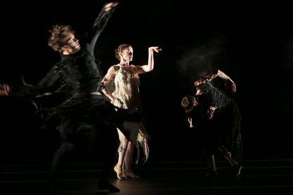 """Jeremie Belingard, Aurelie Dupont et Nicolas Le Riche dans """"Darkness is hiding black horses"""" du chrorégraphe Japonais Saburo Teshigawara"""