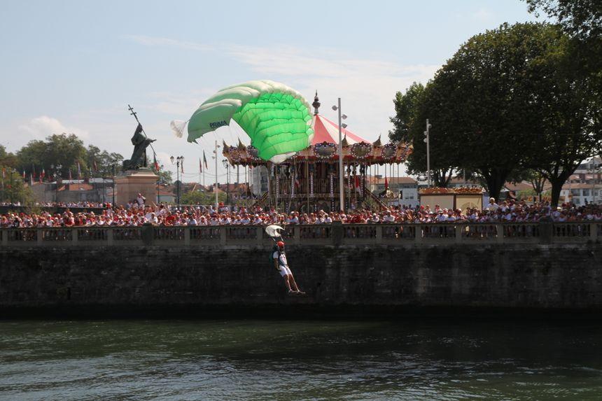 le 1er RPIMA saute sur les Fêtes de Bayonne