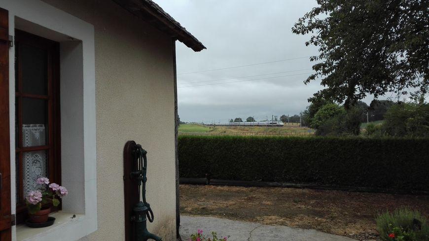Un TGV passant à plus de 300 km/h devant la maison de Colette, située à 50 mètres de la LGV.